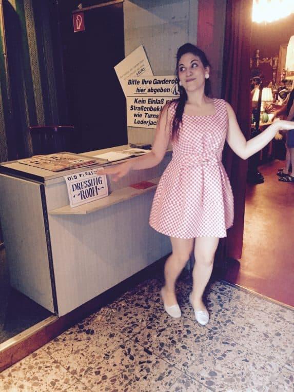 Kleidchen anprobieren beim Old Fleas Vintage Market im historischen Ballhaus Berlin