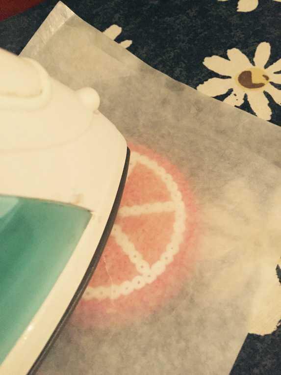DIY Bastelideen Sommer. Bügelperlen Ideen gibt es viele, man kann mit Steckperlen z.B. Tischdeko basteln. Meine frechen Früchte sind die perfekte Tischdeko Bastelei mit Urlaubsfeeling. Tischdeko basteln ist ganz einfach mit Steckperlen. Wie ihr die sommerliche Deko selber machen könnt, das findet ihr hier.