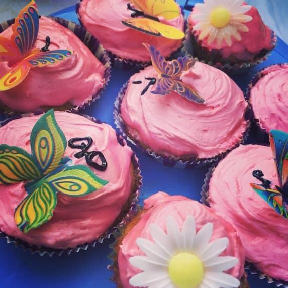 Bunte Cupcakes mit Blumen und Schmetterlingen