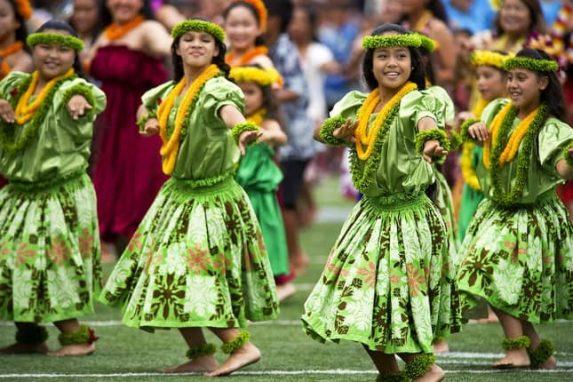Was bedeutet Luau? Woher kommt die Tradition des Luau? Ist es nur hawaiianisch für Tiki Party? Gib nicht nur eine Mottoparty Hawaii, sondern ein Luau! Hula Tänzer Tänzerinnen