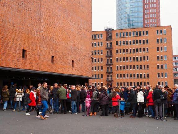 Die Elphi Hamburg ist das neue Wahrzeichen der Stadt. Endlich ist die Besucherplattform Elbphilharmonie nun geöffnet. Die Besichtigung Elbphilharmonie Aussichtsplattform bietet einen außergewöhnlichen Blick auf Hamburg. Wo ihr eine Elbphilharmonie Führung buchen könnt und wie man Plaza Elbphilharmonie Tickets bekommt.