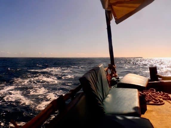 Tagesausflug Kenia: Eine Wasini Island Tour zum Schnorcheln. Schwimmen mit Delfinen fällt aus, dafür gibt es mehr Unterwasserwelt und gefährliche Korallen. Ein Ausflug nach Wasini Island ist ein Erlebnis im Paradies, das ihr unbedingt ausprobieren solltet. Auf dem Dhau von Shimoni an der Südküste nach Wasini Island.