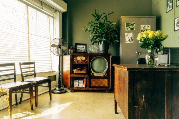 Was ist der Unterschied zwischen Retro, Vintage und Secondhand. Wann ist etwas Antik? Und sind Vintage-Möbel eigentlich immer Shabby-Chic? Vintage-Mode immer ausgefranzt?Was bedeutet Vintage? Wo hat der Begriff seinen Ursprung? Diese Fragen und vieles mehr rund um Retro, Vintage und Secondhand findet ihr hier.