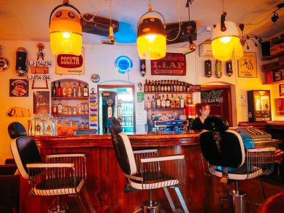 NostalgijaVintage Café Ljubljana. Café in Ljubljana im Stil der 50er/60er Jahre. Jukebox, Vintage Mobiliar und günstige Preise. Adresse & Öffnungszeiten. Interieur im Vintage Look.