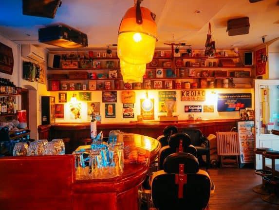 NostalgijaVintage Café Ljubljana. Café in Ljubljana im Stil der 50er/60er Jahre. Jukebox, Vintage Mobiliar und günstige Preise. Adresse & Öffnungszeiten. Interieur im Vintage Look. 50s 60s Café in Ljubljana