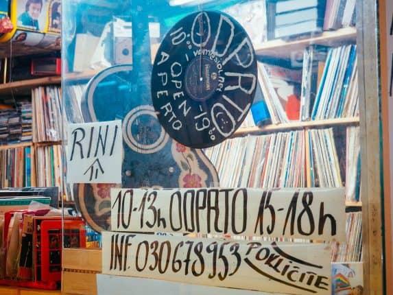 VOM Record Store, Ljubljana - Vinyl Secondhand Geschäft. Für alle Vinyl Liebhaber der Plattenladen in Ljubljana, Slowenien. Adresse & Öffnungszeiten.