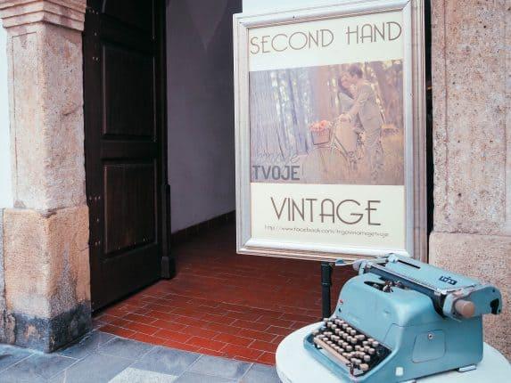Moje Tvoje Secondhand & Kilo-Store Ljubljana ist ein kleiner Laden, den du nicht verpassen solltest. Adresse & Öffnungszeiten zum Ljubljana Shopping.