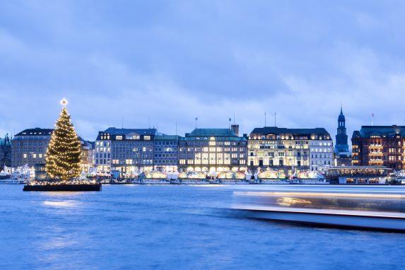 Welcher Weihnachtsmarkt in Hamburg ist der richtige für mich? Romantisch oder frivol? Hier die Liste in der auch dein Weihnachtsmarkt in Hamburg steht.