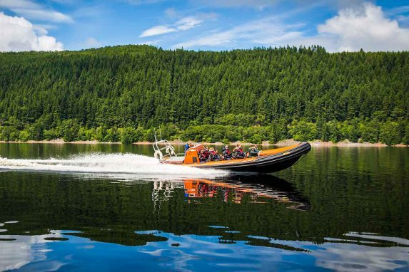 Top-Sehenswürdigkeit in Schottland ist Loch Ness. Ein Tagesausflug mit RIB-Drive ist ein Muss für alle Abenteurer. High Speed & Nessi Geschichte inklusive.