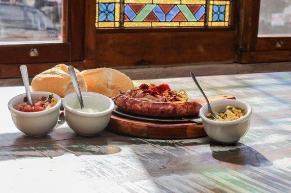 Was ist ein Boteco & welches brasilianische Essen wird serviert? Hier findest du alles zu Botecos, über brasilianisches Essen und passende Rezepte.