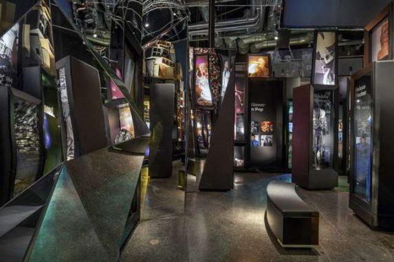 """Hot-Rod Fotoausstellung """"Hopped-Up"""" im rock'n'popmuseum Gronau. Rockabilly Lifestyle in Bildern mit großer Eröffnungsfeier. Adresse & Öffnungszeiten"""