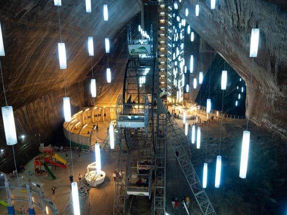 Das Salzbergwerk Turda ist ein Freizeitpark der besonderen Sorte. In Rumänien, nahe Cluj-Napoca, geht es 120 Meter tief in die Erde ins Salzbergwerk Turda.