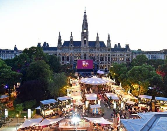 """29. Film Festival Wien Rathausplatz. 2019 mit Themenschwerpunkt """"150 Jahre Opernhaus am Ring"""". Das Kinderopern Festival ist fixer Bestandteil des Programms."""