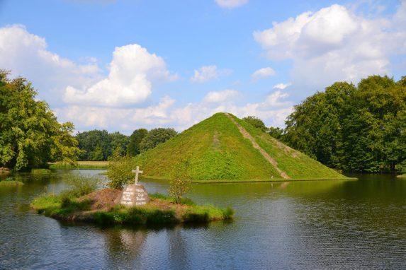 Pyramide Branitzer Park. Entdecke 7 außergewöhnliche Orte in Brandenburg mit Pyramiden, der  wohl kleinsten Galerie der Welt und dem Ritter Kalebuz. Es erwarten die kuriose Orte.