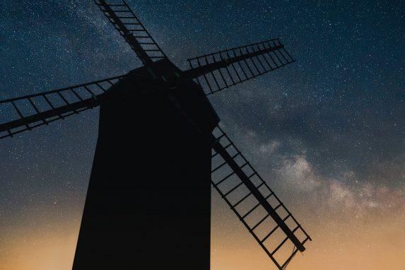Windmühle Brandenburg. Entdecke 7 außergewöhnliche Orte in Brandenburg mit Pyramiden, der  wohl kleinsten Galerie der Welt und dem Ritter Kalebuz. Es erwarten die kuriose Orte.