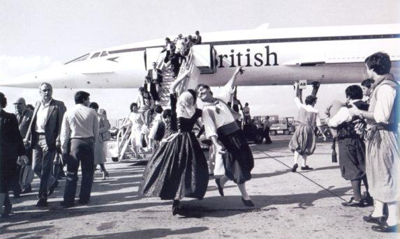 Von der Bodenabfertigung mit Pferd und Wagen, zu Spaniens erstem Bikini, dem 1 Millionsten Passagier und der Concorde. Eine Reise durch die Geschichte des Tourismus.