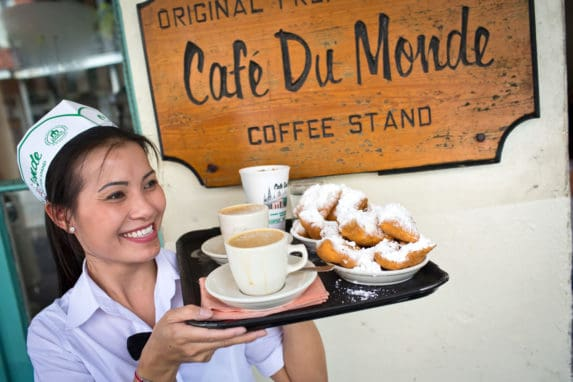 Beignets, im Café Du Monde, zählen zu den kulinarischen Höhepunkten der Stadt. (c) Brand USA