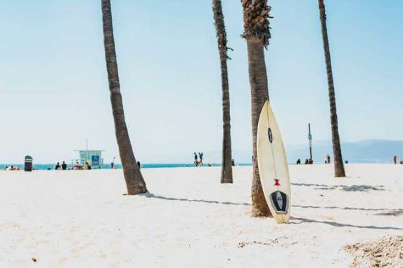 Der Gruß der Surfer. Doch woher stammt das Shaka wirklich?
