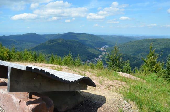 Deutschlands größte Naturparks. Von Bernsteinfelsen bis Teufelsmühle. Für Wanderer in Bad Herrenalb geht's steil bergauf und über interaktive Themenpfade.