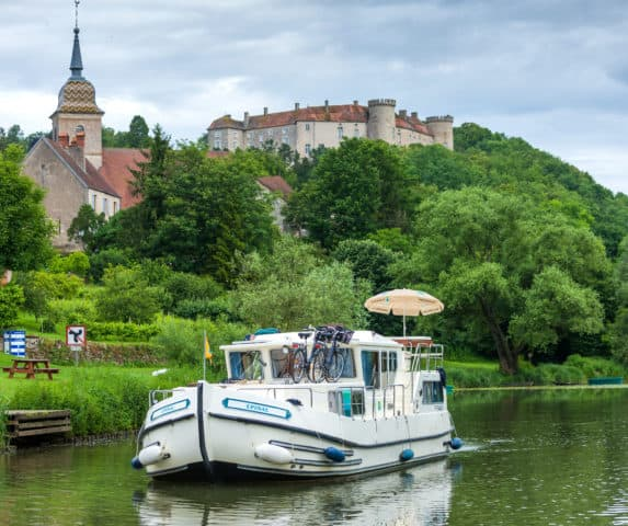 Frankreich ist das Land der Feinschmecker und Genießer. Mit dem führerscheinfreien Hausboot Frankreich kulinarisch vom Wasser aus entdecken.